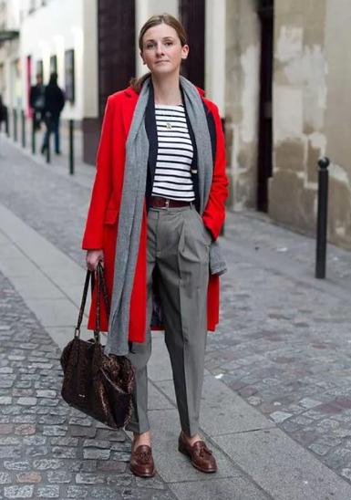 Красный цвет в одежде с серыми брюками
