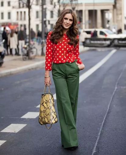 Красный с темно-зелеными брюками