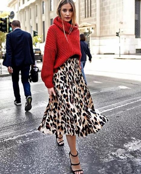 красный свитер с леопардовой юбкой