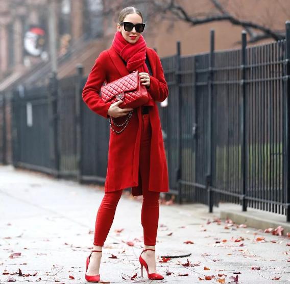 красный цвет в одежде женщины