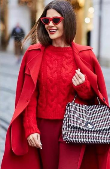 Как носить красный цвет женщине