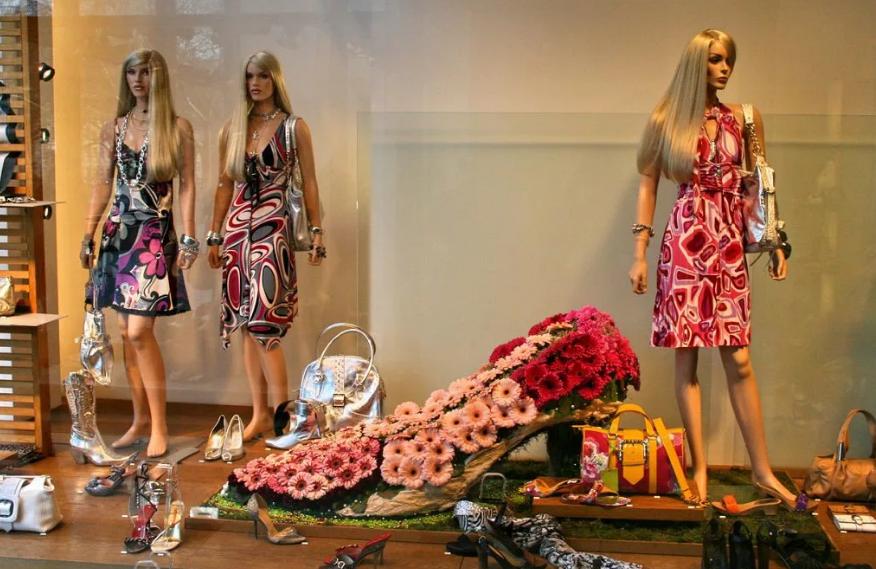 манекены в магазине одежды