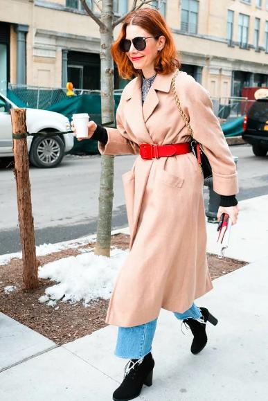 пальто с некомплектным ремнем - тренд 2021 года