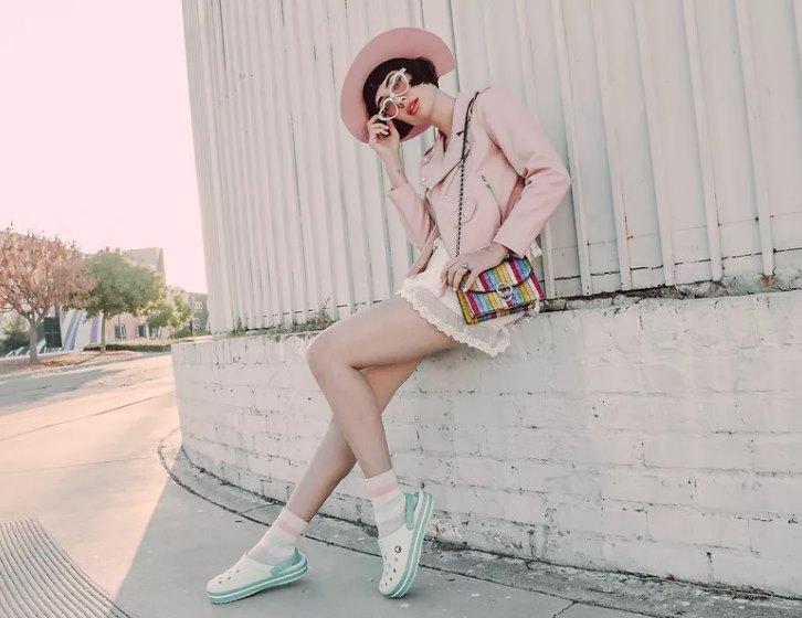 модные кроксы в повседневном образе