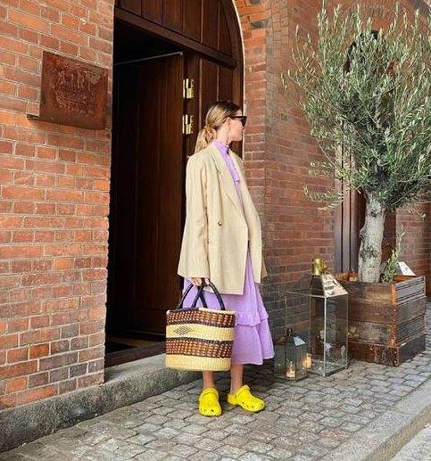 желтые кроксы с сиреневым платьем