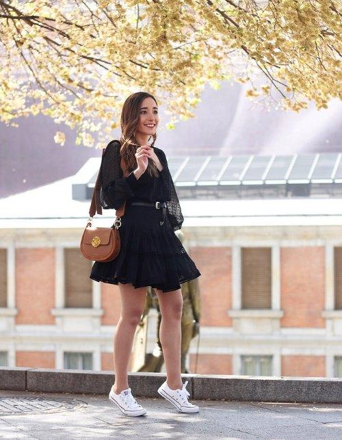 маленькое черное платье с кедами