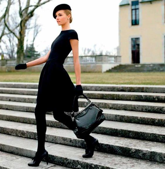 женщина в маленьком черном платье