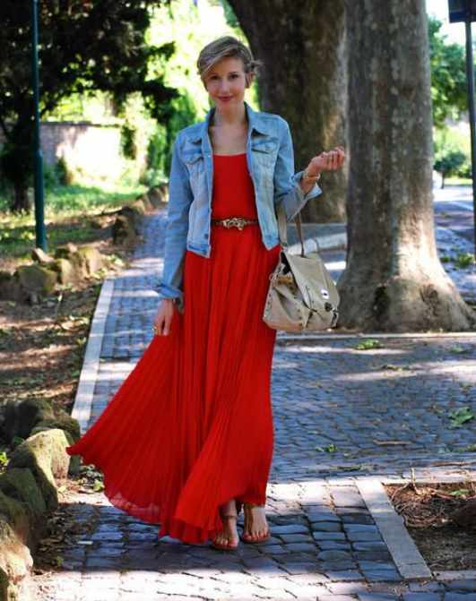 ярко-красное платье с джинсовой курткой