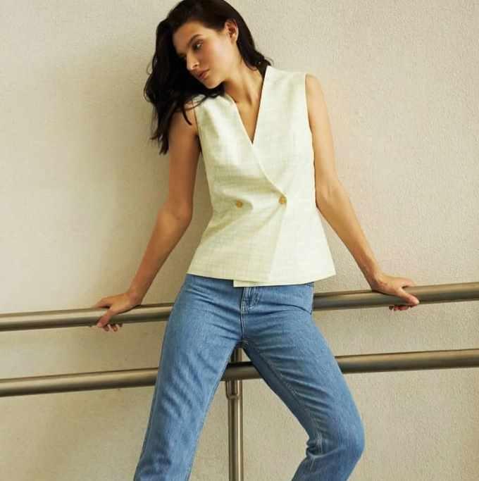 жилет и джинсы летний вариант