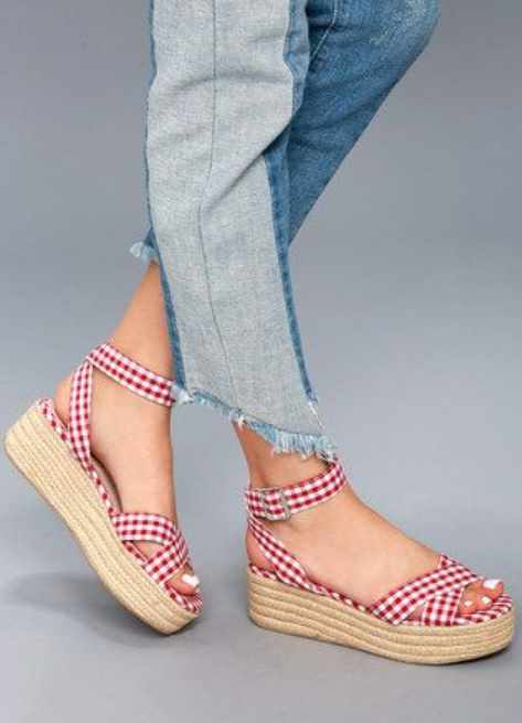 модные сандалии в клеточку