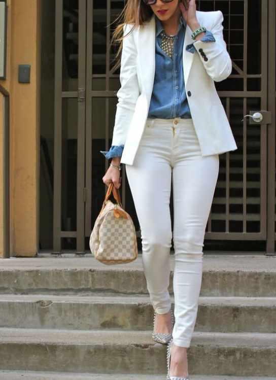 белые джинсы в повседневно-деловом стиле