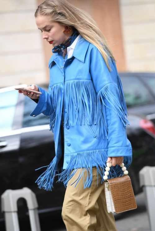 модная кожаная куртка голубого цвета