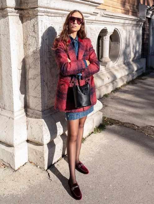 актуальное сочетание: клетчатая куртка и джинсовое платье