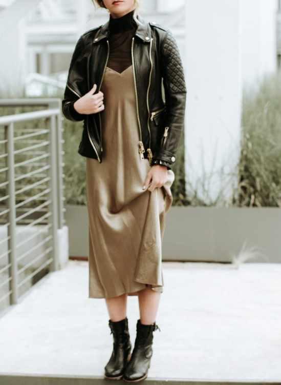 платье-комбинация с кожаной курткой